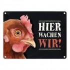 Metallschild mit Huhn Motiv und Spruch: Hier wachen wir!