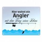 Angler mit dem Fang seines Lebens Blechschild in 15x20 cm Comic-Style