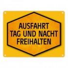 Ausfahrt Tag und Nacht freihalten Warn- und Hinweisschild in Gelb und Schwarz