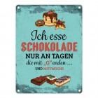 Metallschild mit Schokolade Motiv und Spruch: Ich esse Schokolade nur an Tagen ...
