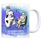 Kaffeebecher mit Kuh und Schaf Motiv und Spruch: Ich wurde positiv auf müde getestet