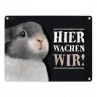 Metallschild mit Hasen Motiv und Spruch: Hier wachen wir!