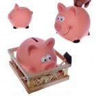 Sparschwein im Stall mit Hammer