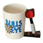 Darts - Bullseye Kaffeebecher mit Dartpfeil als Griff
