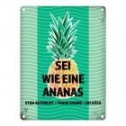 Metallschild mit Spruch: Sei wie eine Ananas