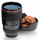 Kaffeebecher im Kameraobjektiv Design mit Keksschale