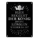 Metallschild mit Spruch: Hier regiert der König, bis die ...
